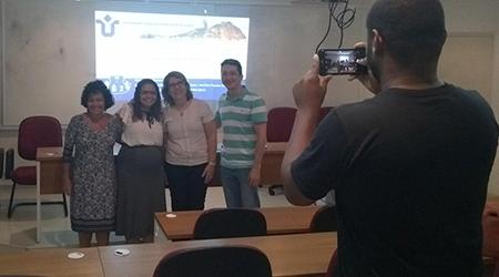 Tradicional fotografia da banca após aprovação da dissertação, capturada por um fotógrafo. Estão na foto: Simone, Priscyla, Renata e Sean