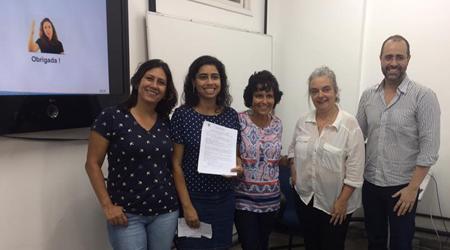 Membros da banca de qualificação Paula Xavier, Simone Bacellar, Carla Leitão e Mariano Pimentel, junto com a doutoranda Aline Alves, segurando o documento que comprova sua qualificação.