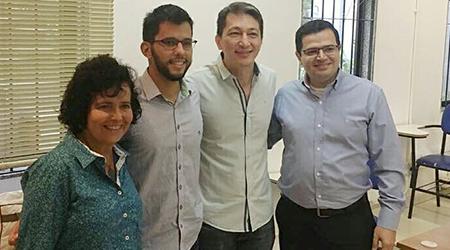 Simone, Humberto e os membros da banca Sean Siqueira e Rodrigo, na tradicional foto após a defesa de dissertação