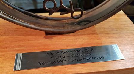 Base do troféu, com o texto: Prêmio Todos@Web 2016. Segundo Lugar - Categoria Projetos Web - Governamentais